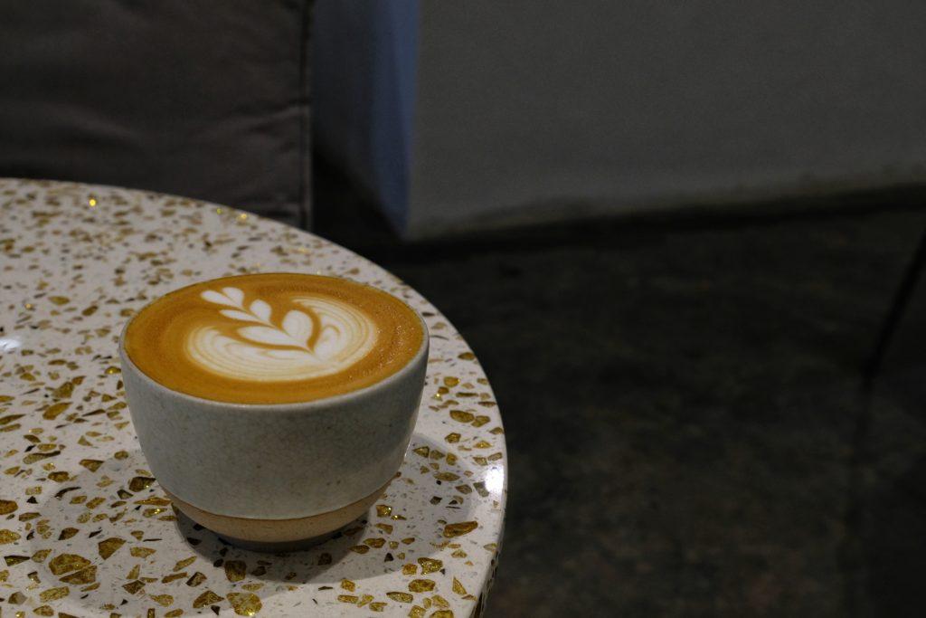 kop koffie op tafel